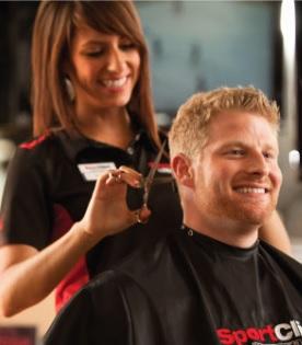 アメリカの美容室で髪を切っている様子