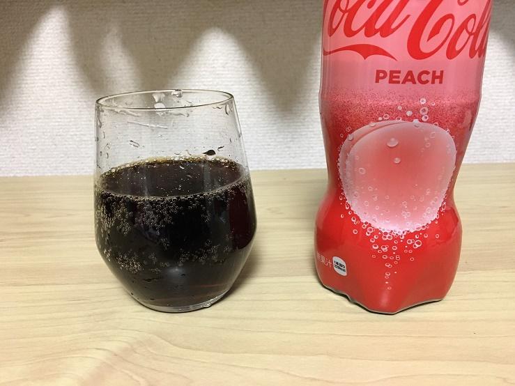 コカコーラのピーチ味の液の色
