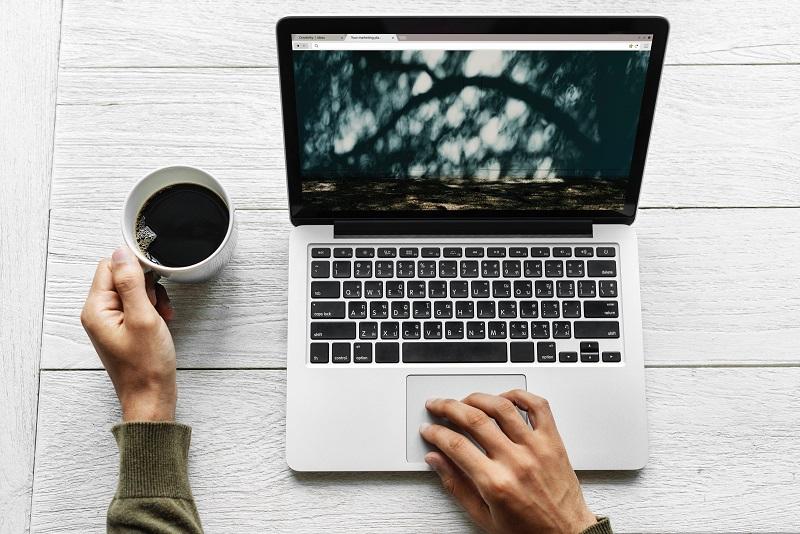 ブログを執筆中の男性