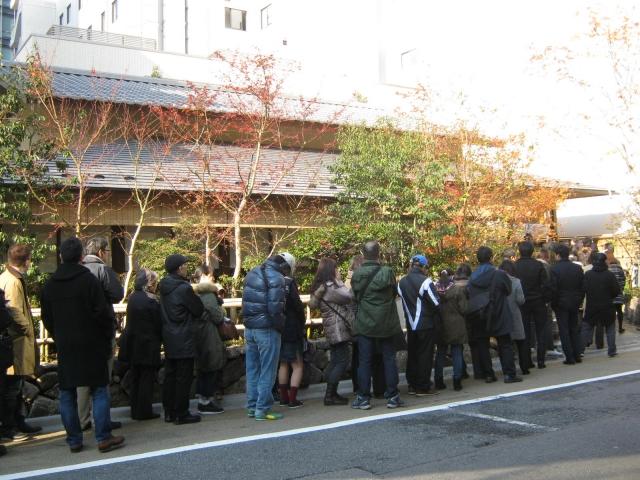お店の前で待つ人たちの列