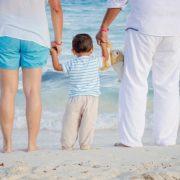 両親と子供が手をつないだ幸せな家族
