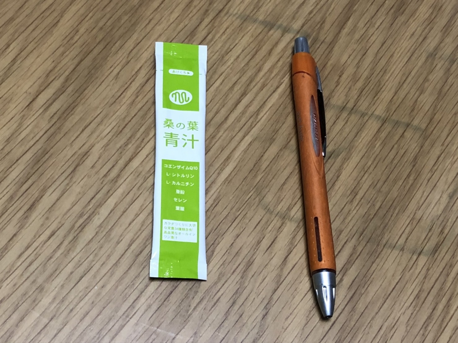 俺の青汁のスティックの大きさをボールペンと比較