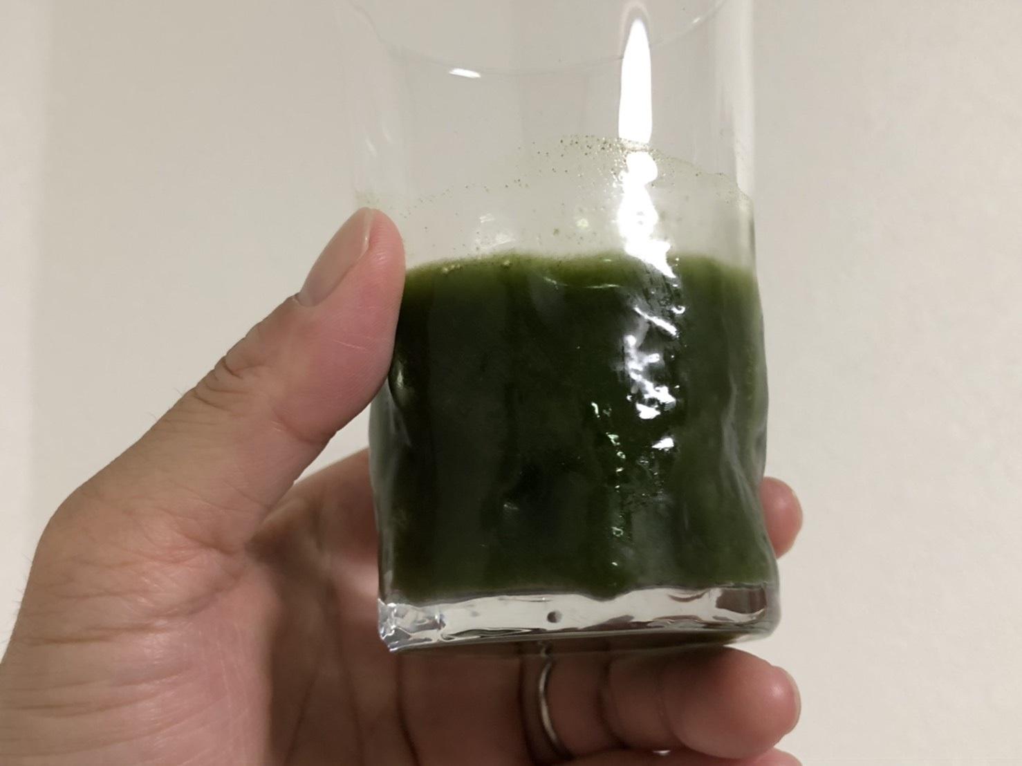 モリンガ青汁を水に溶かしたところ
